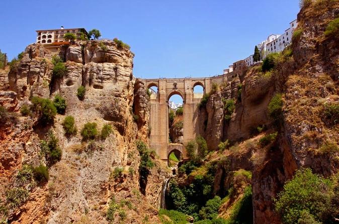 Viagem de um dia para Ronda saindo de Sevilha: excursão com degustação de vinhos, tourada e por Pueblos Blancos (opcional)