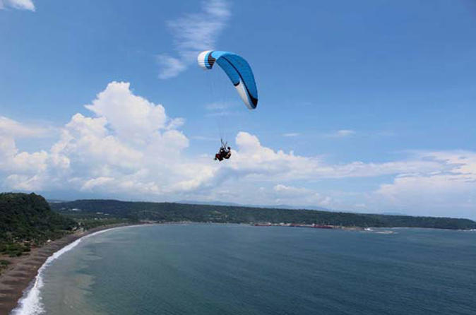 Full day Paragliding, hot springs and visit to the Wildlife Reserve in Puntarenas from San José