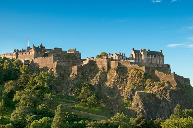 Viagem diurna ferroviária para Edimburgo, partindo de Londres, incluindo entrada para o Castelo de Edimburgo e excursão de ônibus com várias paradas