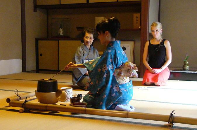 Cerimônia do chá japonesa com um Mestre do chá