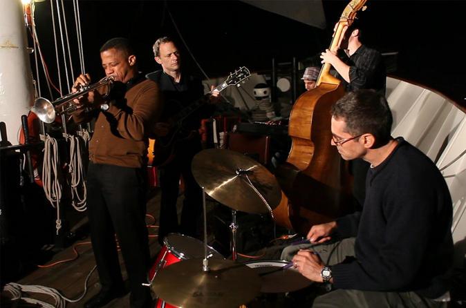 Cruzeiro noturno no Porto de Nova York com jazz ao vivo