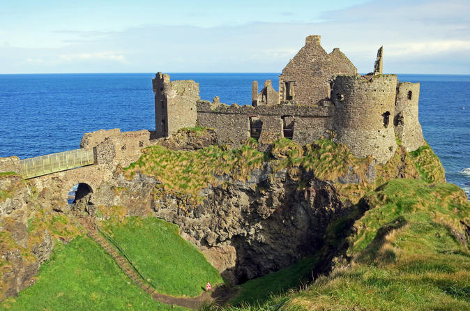 Northern Ireland Day Trip from Dublin: Belfast Black Taxi Tour and Giant's Causeway
