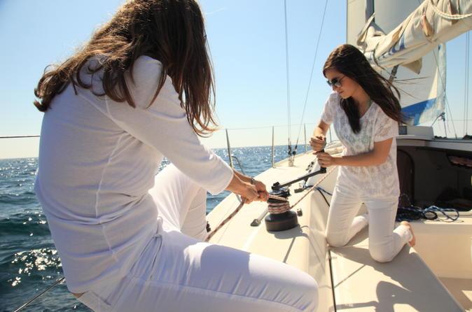 Aula de navegação em veleiro para pequenos grupos em Barcelona