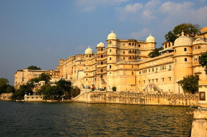 Evening Walking Tour: City Palace, Jagdish Temple and Dharohar Show in Udaipur