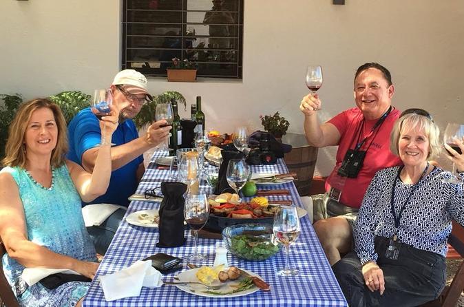 Excursão para grupos pequenos: tradicional almoço uruguaio com churrasco e degustação de vinhos