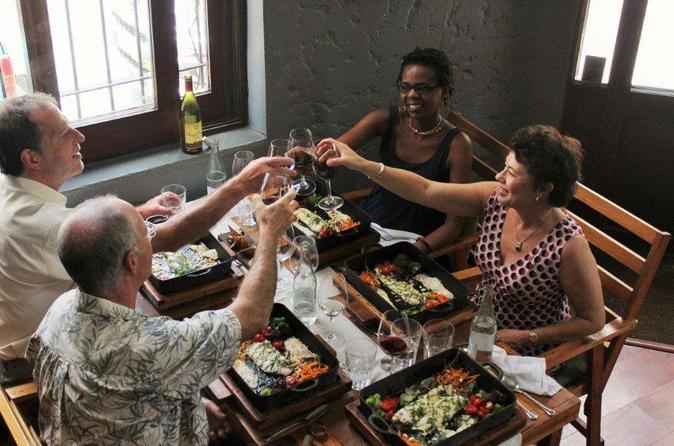 Excursão para um grupo pequeno: Experiência de refeição e vinho saindo de Montevidéu com um almoço com 3 pratos