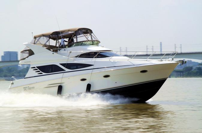 Private Tour: Yacht Club Dinner and Han River Cruise
