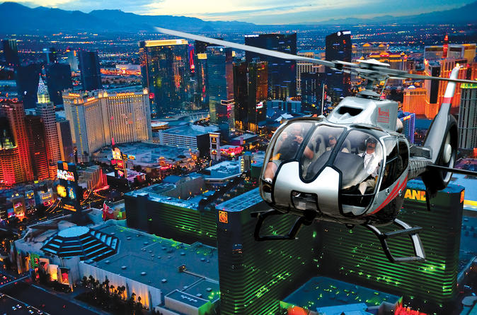 Voo noturno por Las Vegas Strip de helicóptero com transporte