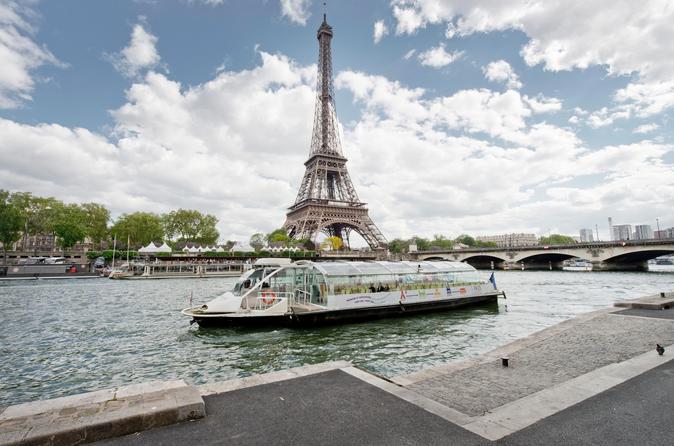 Cruzeiro panorâmico no Rio Sena em Paris