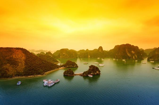Passeio luxuoso de barco tipo junk de 2 dias na baía de Ha Long incluindo uma aula de culinária e Tai Chi matinal