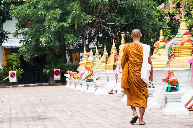 Excursão matinal de Caridade Budista e aos Templos em Chiang Mai