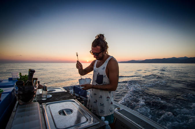 Evening boat tour including light meal and open bar in levanto 404987