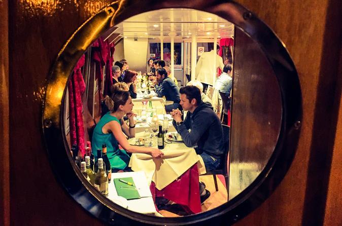 Cruzeiro noturno pelo Rio Tiber em Roma com jantar
