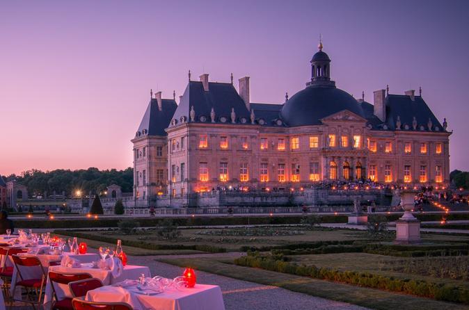 Excursão Noturna ao Chateau de Vaux-le Vicomte, Jantar à Luz de Velas com Transporte em Carro de Luxo