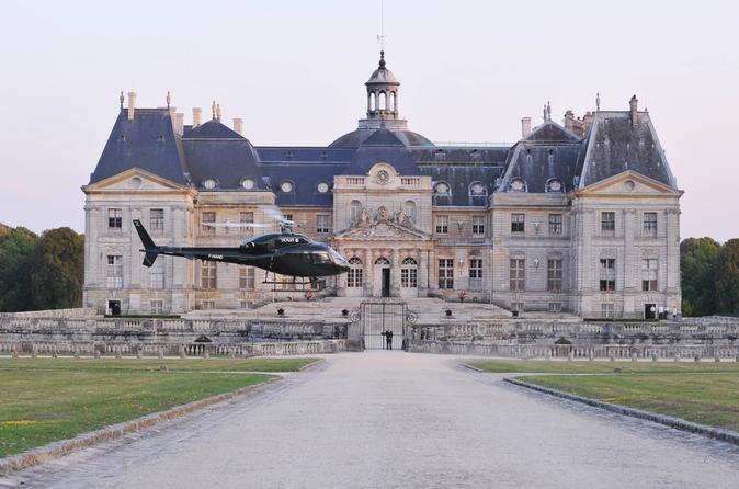 Helicopter Tour to Château de Vaux-le-Vicomte from Paris Including Champagne Reception
