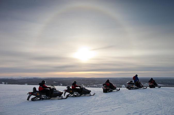 Lapland Wilderness Snowmobile Safari fra Saariselkä med isfiskeri og snesko