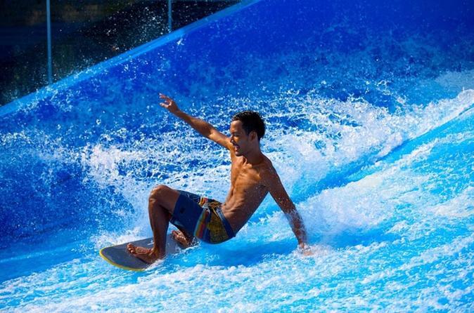 Surfen auf einem Flowrider