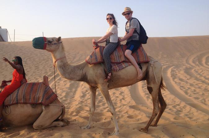 Safári noturno pelo deserto de Abu Dhabi com dança do ventre, jantar com churrasco, passeio de camelo, sandboarding e passeio pelas dunas