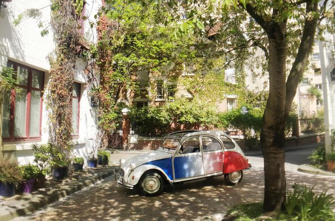 Tour in a vintage car with a Parisian