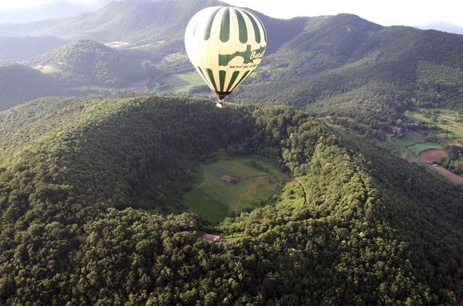 Hot air balloon flight and breakfast over the volcanoes of catalonia in girona 191565