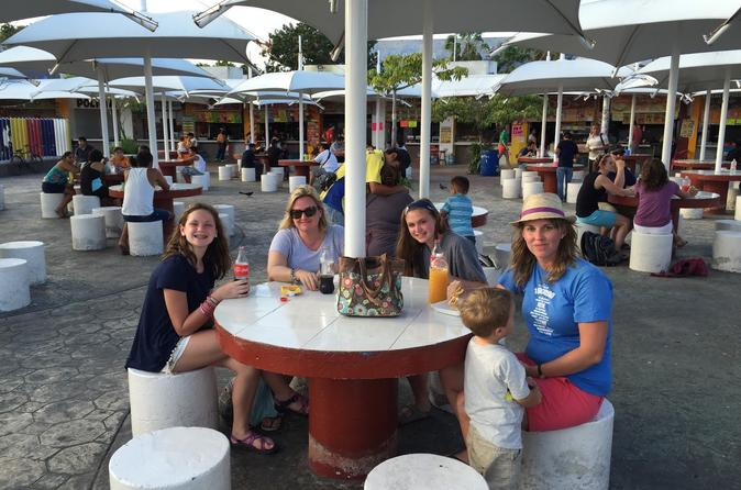 Excursão compartilhada: vida noturna e degustação de comida em Cancun