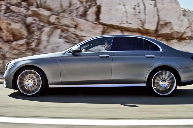 Private Arrival Transfer: Gatwick Airport to Central London in a Business Car