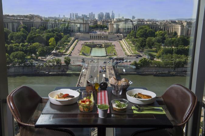 Exclusivo da Viator: Visita à Torre Eiffel com almoço estilo piquenique, champanhe e mesa com vista do Trocadéro